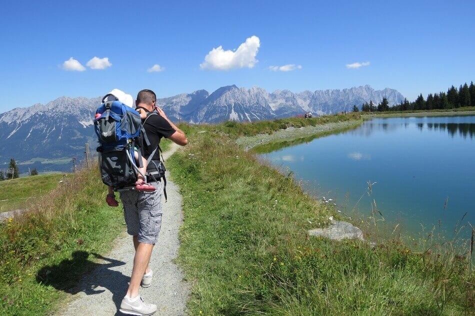 Een wandeling door de bergen met kind in de draagzak