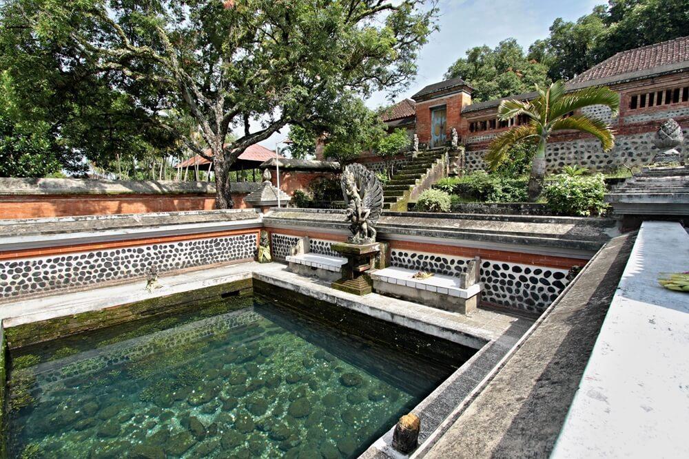 De Hindu Lingsar tempel, een van de heiligste tempel van Lombok