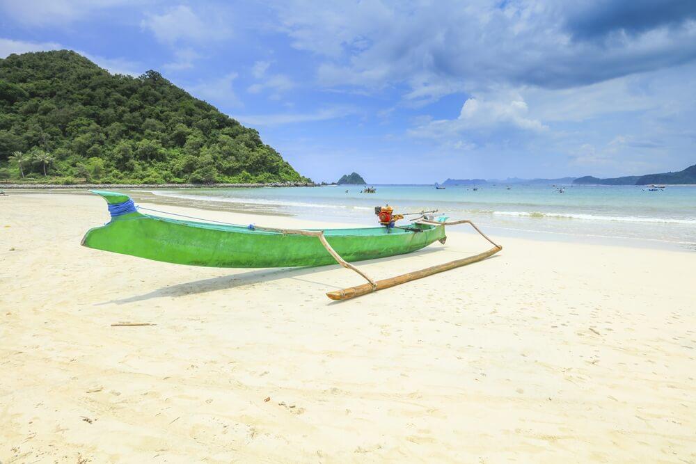 Een lokale vissersboot op het strand van Sengigi, Lombok